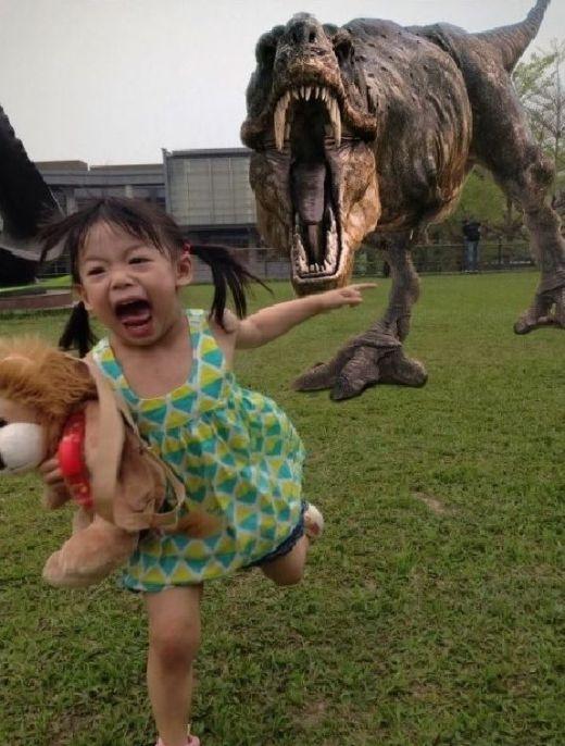 Làng nước ơi có khủng long trên trời rớt xuống!