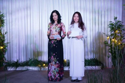 """Giải """"Queen của đêm"""" được trao cho cô Phong Lưu và bạn Thảo Nguyên."""