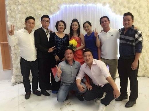 Bạn bè thân thiết và một số fan ruột của giọng ca Chim trắng mồ côi cũng có mặt trong lễ cưới. - Tin sao Viet - Tin tuc sao Viet - Scandal sao Viet - Tin tuc cua Sao - Tin cua Sao