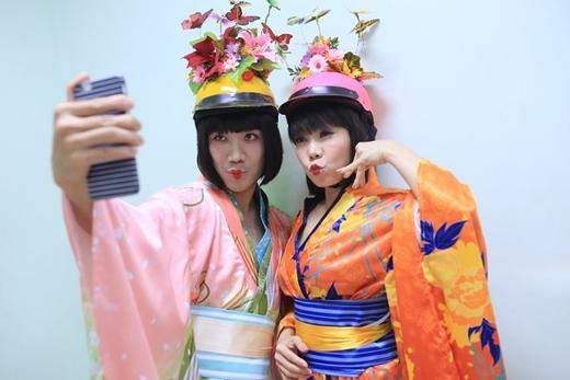 Trấn Thành và Việt Hương đang vui vẻ ghi lại những khoảnh khắc riêng của mình trong hậu trường của một chương trình sắp được phát sóng. Có thể thấy, cả hai nghệ sĩ đang cùng nhau hóa thân vào những nàng geisha của Nhật Bản nhưng với một phiên bản vô cùng táo bạo và hài hước.