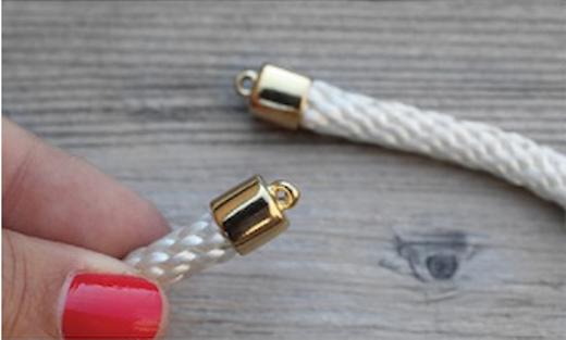 Dùng keo dán phần móc nối vào đầu của 2 đoạn dây.