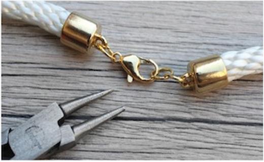 Hãy làm tương tự với đầu còn lại của hai đoạn dây và gắn chúng với một móc khóa.