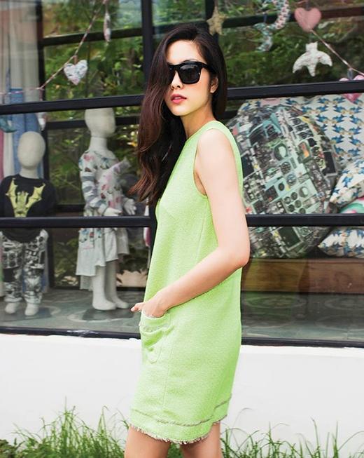 Chiếc váy suông với gam màu xanh lá mạ tạo nên sự cuốn hút, nổi bật cho Tăng Thanh Hà. Điểm nhấn nằm ở những đường kẻ sọc caro in chìm cùng những chi tiết tua rua nhò xinh chạy dọc theo chân váy.