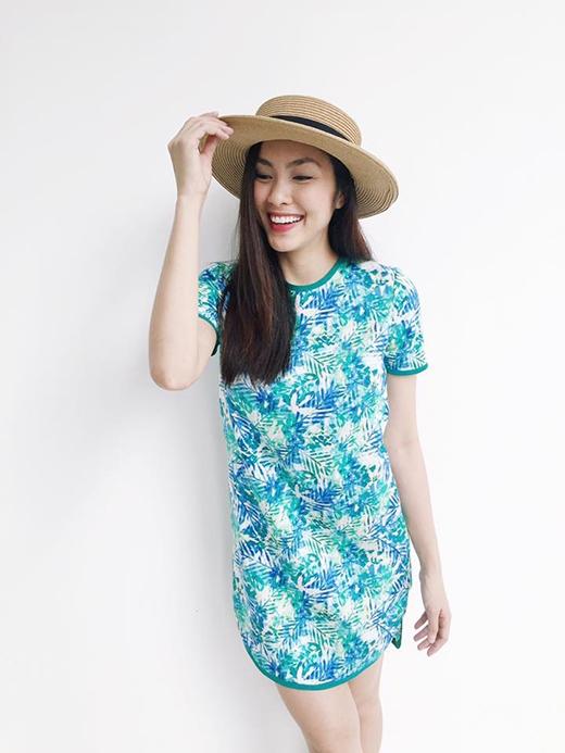 Với gam màu xanh biển dịu mát, chiếc váy suông vạt tròn lại mang đến sự tươi trẻ cho bà mẹ một con. Cô cũng khéo léo kết hợp cùng mũ fedora, phụ kiện thời trang hợp xu hướng trong mùa hè 2015.