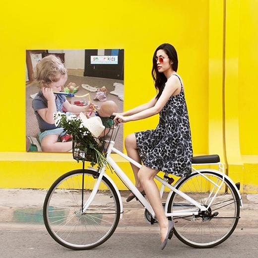 Mốt ngủ cũng được Hà Tăng đưa vào tủ quần áo với chiếc váy hai dây trên nền hai sắc màu trắng, đen tương phản.Cô đi giày búp bê và mang kính mát tone đỏ nổi bật.