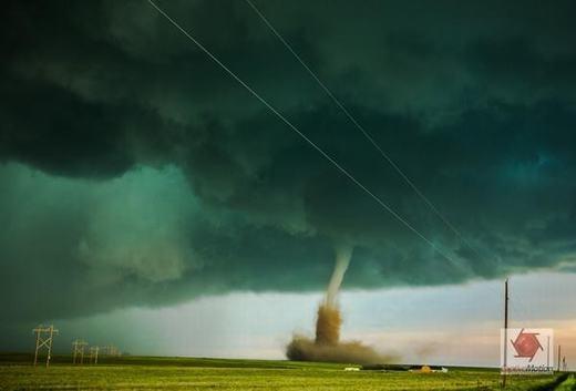 """Ngày 4/6 vừa qua, một cơn lốc xoáy, kèm cả mưa đá đã khiến nhiều tài sản người dân bang Colorado, Mỹ bị tàn phá nặng nề. Sau cơn bão, có ít nhất 4 vòi rồng """"thay phiên"""" nhau làm cho nhà cửa, xe cộ, mùa màng của người dân nơi đây gần như tan thành từng mảnh. Rất may, không có thiệt hại về người. Nguyên nhân ban đầu được xác định là do trước đó, nắng quá nóng kết hợp với mưa lớn bất ngờ, từ đó hình thành bão và vòi rồng."""