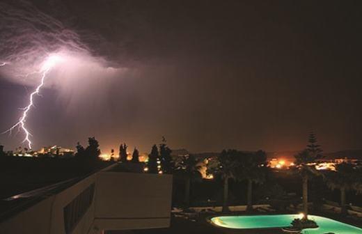 Cơn dông bão khủng khiếp nhất thế giới từ trước tới nay xảy ra vào ngày 3/4/1856 tại đảo Rhodes, Hy Lạp. Với sức mạnh cực kì lớn, nó đã khiến 4000 người thiệt mạng chỉ sau một cú đánh. Nguyên nhân được cho là do sét đánh trúng kho đạn, từ đó gây nên một vụ nổ kinh hoàng.