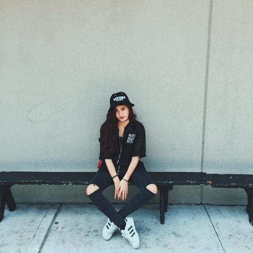 Kết hợp những món đồ thời trang hot nhất hiện nay, quần jeans rách, giầy thể thao cùng với nón bucket vô cùng năng động, Hà Lade trông vô cùng cá tính trong bộ đồ đen này. Hiện nay, Hà Lade đangvi vu tại New York.