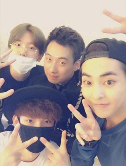 Xiumin, Baekhyun và Chen thích thú khoe hình tự sướng.