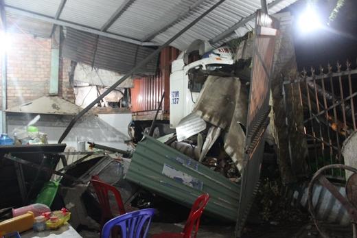 Căn nhà trở nên hoang tàn sau khi chiếc xe gây tai nạn