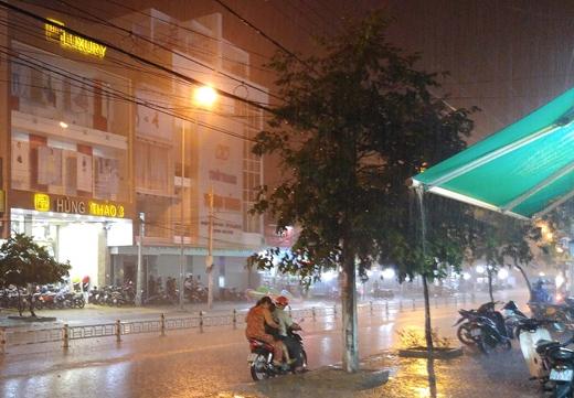 Cơn mưa vàng xuất hiện tối qua tại Ninh Thuận. Ảnh: DT