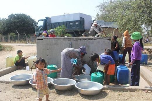 Chính quyền địa phương phải phát nước cho từng hộ dân