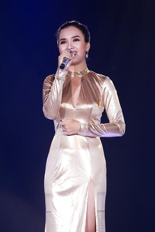 Từ kiểu tóc đến trang phục, màu sắc, chất liệu kém sang đã biến Phan Lê Ái Phương thành một quý bà thay vì hình ảnh của một nữ ca sĩ trẻ trung, gợi cảm trên sân khấu.