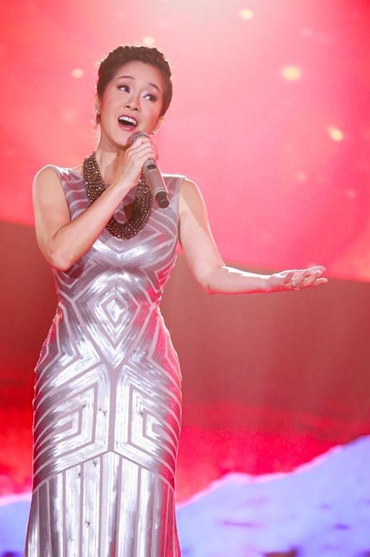 Bộ váy cocktail ánh kim với những họa tiết hình học độc đáo của Diva Hồng Nhung sẽ trở nên tuyệt vời hơn nếu không có chiếc vòng cổ to bản đi cùng. Việc lạm dụng hay sử dụng phụ kiện không hợp lý luôn là lỗi mà Hồng Nhung luôn mắc phải từ trang phục thường nhật đến thảm đỏ, sân khấu biểu diễn.