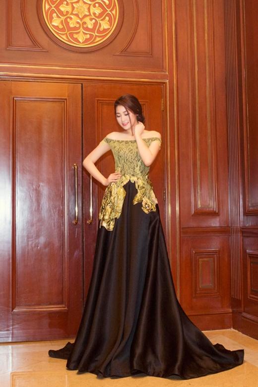 Nếu nhìn thoáng qua, nhiều người sẽ bị choáng ngợp bởi độ bồng xòe của chiếc váy mà Á hậu Dương Tú Anh diện tham dự một sự kiện vào tối 9/6 tại TP.HCM.
