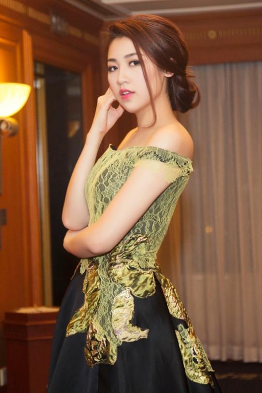 Nhưng thiết kế lại mất điểm bởi chi tiết ren đắp nổi trên thân váy không mấy cân đối bên cạnh việc sử dụng chất liệu kém sang, lỗi mốt.