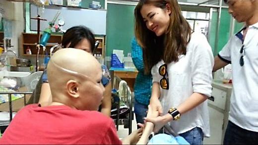 Đông Nhi - Ông Cao Thắng lặng lẽ đi thăm fan bệnh ung thư - Tin sao Viet - Tin tuc sao Viet - Scandal sao Viet - Tin tuc cua Sao - Tin cua Sao