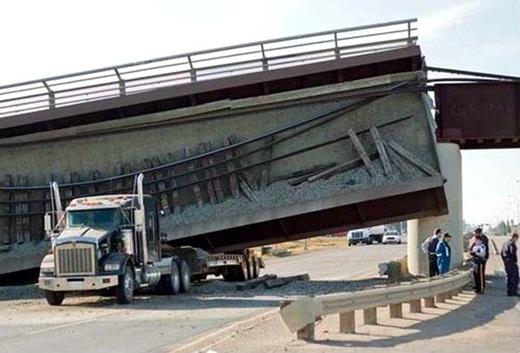 """... hoặc họa từ trên """"cầu"""" rơi xuống."""