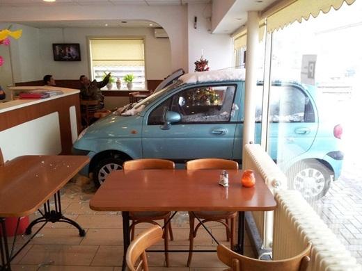 """""""Chủ quán cho 4 cái menu vào tận trong xe nhé""""."""