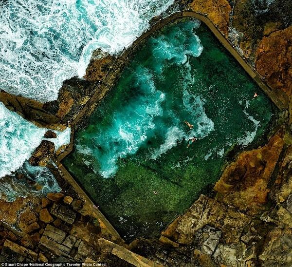 Bạn có nhìn thấy một nhóm người đang bơi ở một hồ đá gần bờ biển Sydney, Úc không?