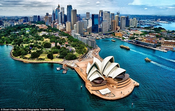 Nhiếp ảnh gia Stuart Chape đã chụp lại bức ảnh này trên một chiếc trực thăng khi đang bay ngang qua cảng Sydney.