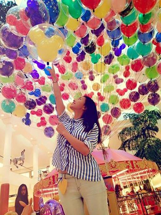 Trong chuyến đi Mỹ của mình, Ngô Thanh Vân đã dành thời gian rảnh để đi thăm thú nhiều nơi, và nữ diễn viên này đã có dịp được trở về tuổi thơ khi cầm trong tay chùm bóng bay nhiều màu sắc sặc sỡ. Có thể thấy cô đã rất thích thú và cảm thấy thoải mái khi đến đây.