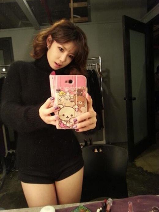 Hyosung thích thú chụp ảnh qua gương để tạo dáng vẻ quyến rũ.