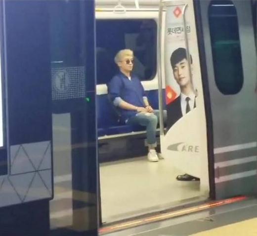 Seungri thoải mái ngồi tàu điện ngầm.