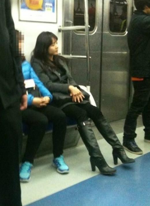 Moon Geun Young cũng trải nghiệm cảm giác ngồi tàu điện ngầm thích thú như thế nào.