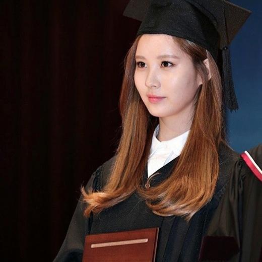 Mặc bận rộn với lịch trình dày đặc, Seohyun vẫn cố gắng đến trường và hoàn thành tốt việc học như bao sinh viên khác.