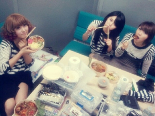 Các thành viên 4minute tận hưởng những ăn ngon trong hậu trường sau buổi biểu diễn.