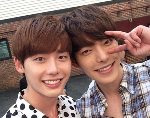 Cùng đóng phim, cùng hợp tác chung nhiều dự án, tình cảm thân thiết của Lee Jong Suk và Kim Woo Bin khiến nhiều người phải ghen tị.