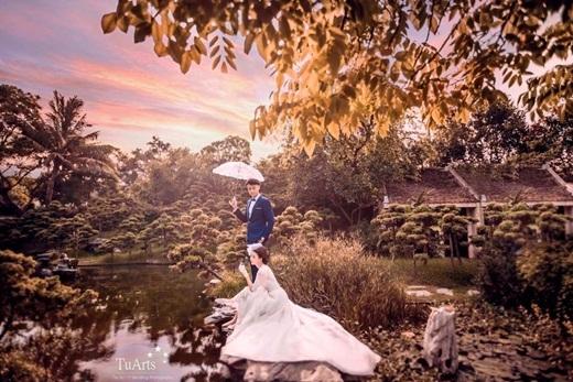 Vương Anh mới đây đã đăng tải trên trang cá nhân bức hình chụp cùng với Quỳnh Anh Shyn trong bộ lễ phục cưới đẹp lộng lẫy. Bức hình được ghi lại trong buổi chụp mẫu của cả hai. Trong bức hình, Vương Anh xuất hiện vô cùng lịch lãm nhưng vẫn trẻ trung. Quỳnh Anh Shyn diện chiếc đầm cô dâu mang hơi hướng cổ điển và kiêu sa.