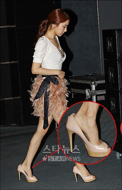 Cũng giống như Kang Sora, Yoo In Na cũng mang đôi giày quá khổ so với bàn chân nên khiến cô khó khăn trong việc di chuyển.