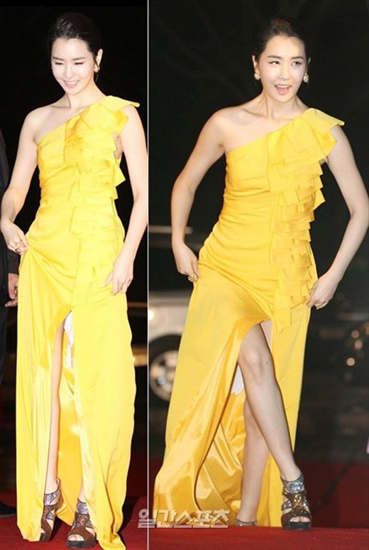 Lee Da Hae từng khiến cư dân mạng và truyền thông hoang mang khi nhìn thấy một mảnh vải dư thừa trong chiếc váy sang trọng của cô.