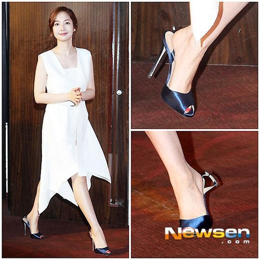 Có lẽ vô tình cài quai giày không chặt nên trong quá trình di chuyển, Park Min Young đã vô tình gặp phải sự cố rớt quai giày khiến nhiều người nghĩ rằng cô không chỉn chu khi tham gia sự kiện.