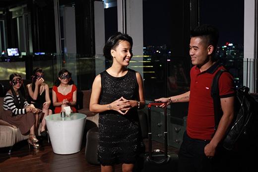 Đáp chuyến bay về Sài Gòn sau khi đi công tác xa, nhận lời mời từ chương trình, chàng cầu thủ mà Phương yêu mến cuối cùng cũng xuất hiện tại buổi hẹn.