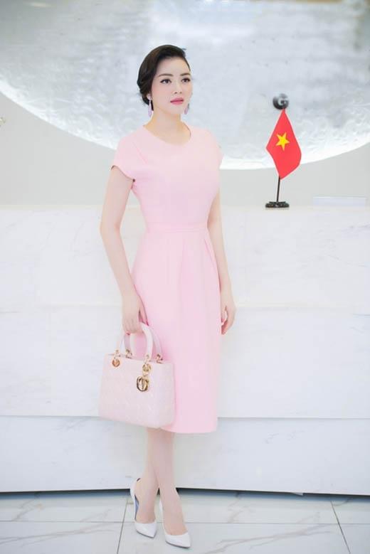 Chỉ với bộ váy cocktail phom dáng đơn giản kết hợp cùng túi xách, giày cao gót mũi nhọn cùng sắc hồng pastel cũng đủ giúp Lý Nhã Kỳ ghi điểm tuyệt đối trước những giai nhân trong làng giải trí Việt.