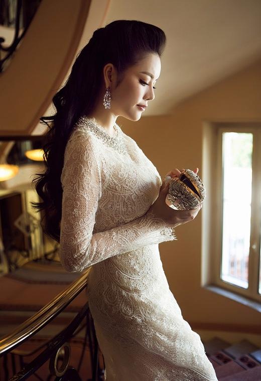 Không chỉ chú ý đến trang phục, những tiểu tiết như vòng tay, clutch, hoa tai, nhẫn đeo cũng được cô chăm chút kĩ lưỡng nhằm tạo nên sự hài hòa, cân đối về tỉ lệ cũng như màu sắc cho tổng thể.