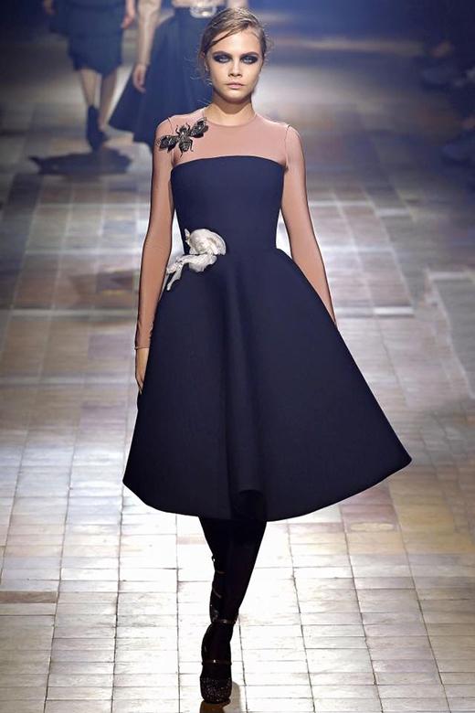 Bộ váy đen cúp ngực với điểm nhấn hoa hồng ở thắt eo mà Trương Thị May trình diễn lại giống đến 90% một thiết kế của Lanvin mà người mẫu Cara từng diện.
