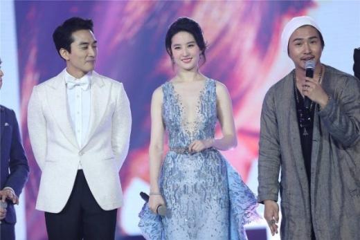 Lưu Diệc Phi tự tin diện váy táo bạo bên Song Seung Hun
