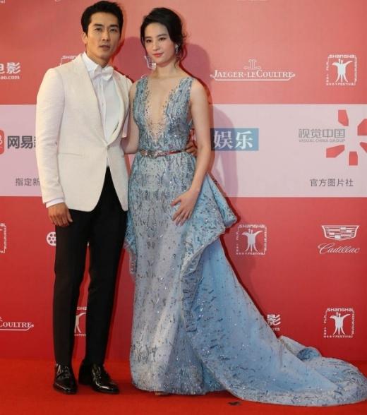 Lưu Diệc Phi tình tứ bên Song Seung Hun.