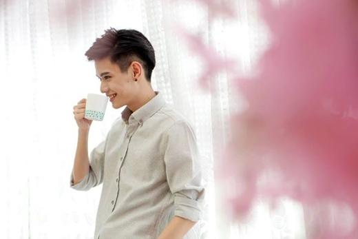 Nam ca sĩ Đào Bá Lộc đã đăng hình ảnh hậu trường trong buổi chụp ảnh của anh. Đồng thời anh chàng còn chia sẻ, đến bây giờ thì anh mới biết được đằng sau 1 nụ cười đơn thuần có thể sẽ mang đến nhiều ẩn ý khác nhau.