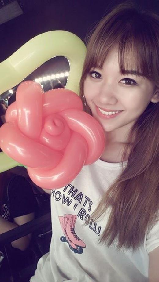 Hari Won đang cảm thấy cực kì hạnh phúc khi được nhận món quà là 1 bông hoa được xếp từ quả bóng. Có thể thấy, cô nàng tỏ ra rất hào hứng với món quà đặc biệt này.