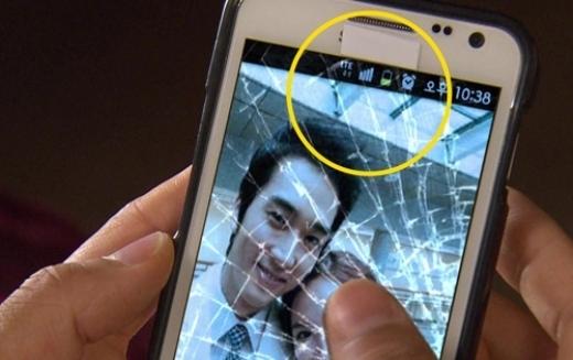 Sau khi vượt thời gian về quá khứ cách đây vài trăm năm, điện thoại của Jin Hyuk (Song Seung Hun)trongDr. Jinvẫn hoạt động tốt, thậm chí còn bắt được cả sóng thời hiện đại.
