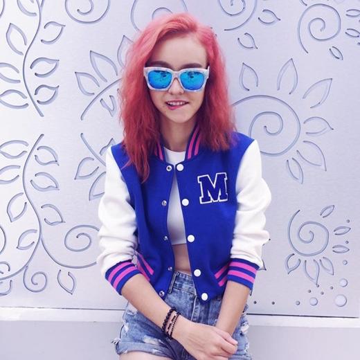 Cô nàng MLee vừa chia sẻ trên trang cá nhân của mình rằng, đã từng có thời gian cô cảm thấy rất dị ứng với màu hồng nhưng mãi về sau khi bắt đầu hoạt động nghệ thuật và được 1 người anh thân thiết dụ dỗ, nên giờ đây đi đâu, làm gì cô cũng bị ám ảnh bởi màu hồng cả, ngay cả màu tóc cũng hồng nốt.