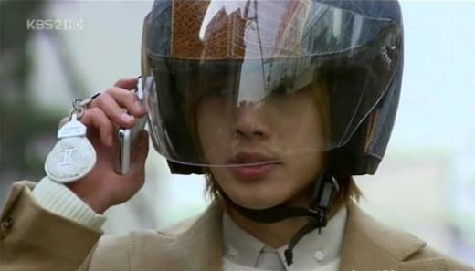 """""""Mỹ nam""""Ji Hoo (Kim Huyn Joong)khiến khán giả khâm phục vì sở hữu thính giác khá tuyệt vời, có thể nghe điện thoại qua cả một chiếc mũ bảo hiểm size """"khủng"""" như thế."""