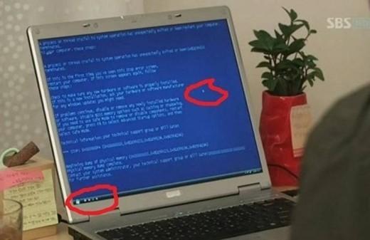 Trong Gentleman's Dignity, máy tính đã hiện màn hình xanh nhưng chuột và thanh taskbar vẫn hoạt động bình thường.