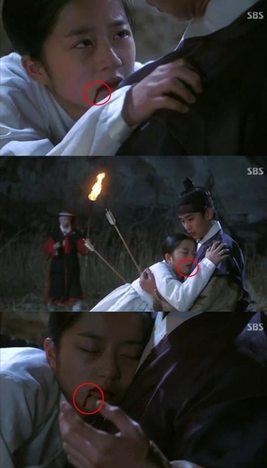 Vết máu trên khóe môi củaSeo Yi Hwa (Kim Hyun Soo) trongYou Who Came From The Starslại thấp thoáng ẩn hiện khác nhau trong những cảnh quay gần, xa.