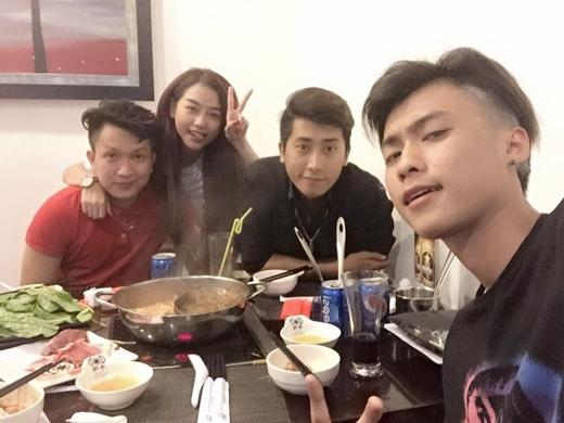 Vương Anh mới đây đã xuất hiện tạiSài Gòn.Buổi gặp gỡ vớiDuy Khánh, Quỳnh Nhi và Nam AnhởSài Gòn khiến nhiều bạn trẻ hâm mộ khá băn khoăn và tự đặt câu hỏi tại sao không thấyVương Anhđi gặp cô người yêuPhoanh Charmmie.